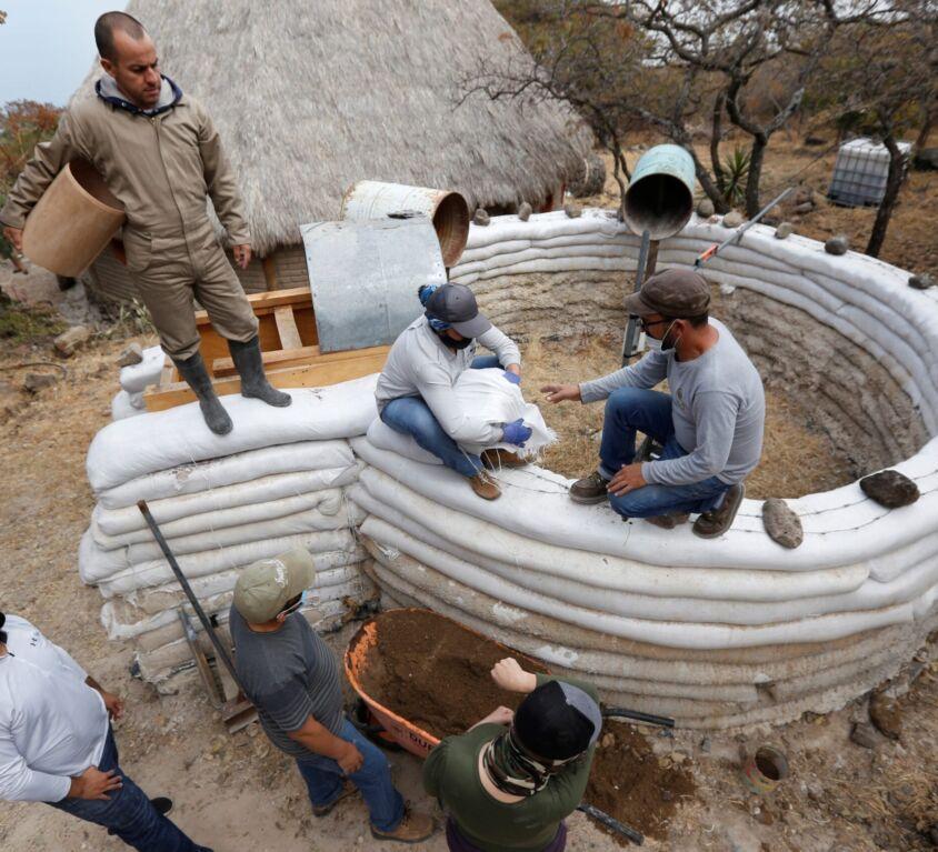 Super adobe, la técnica de construcción barata que se populariza en México